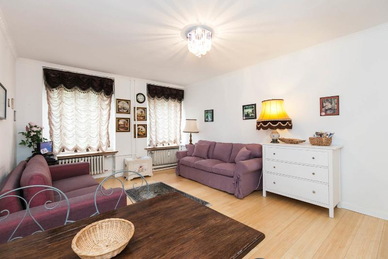 Living Room with Kitchen - Riverfront Tiergarten Park Apartment with Wifi - Berlin - rentals