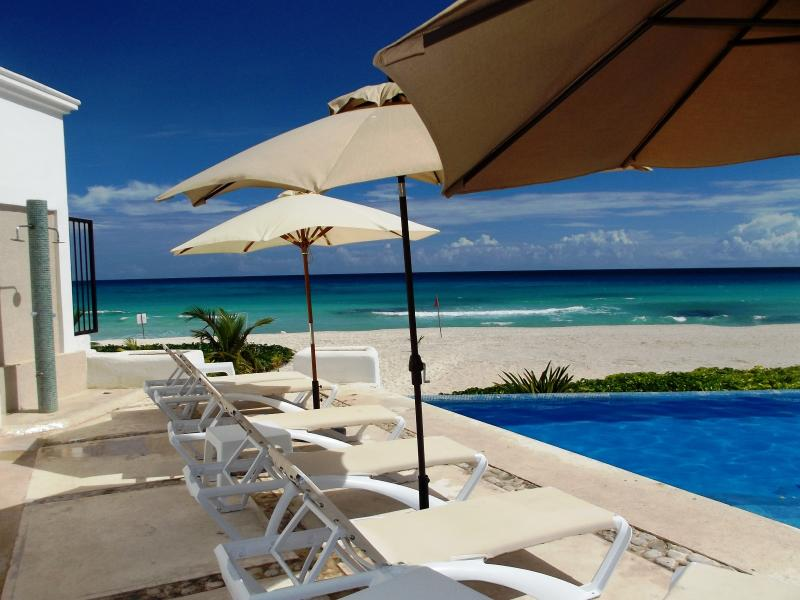 infinity pool, 3 steps to sand - BEACHFRONT OCEAN DREAM CANCUN CLUB ZONE 1BR CONDO - Cancun - rentals