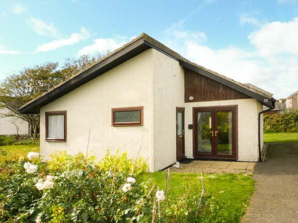 11 LAIGH ISLE, detached, ground floor, pet-friendly, lawned garden, Isle of - Image 1 - Isle Of Whithorn - rentals
