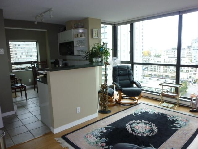 Enjoy the sights of the city in this bright sunny space. - Deluxe Studio Apartment in Coal Harbour, Vancouver - Vancouver - rentals