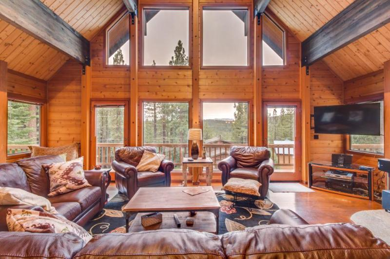 Gorgeous, spacious home with access to a community pool, hot tub, gym, and more! - Image 1 - Truckee - rentals