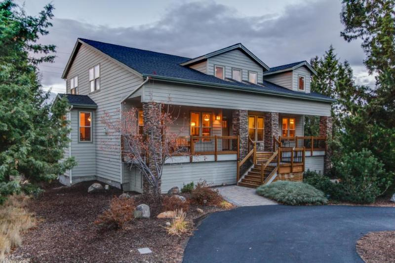 Dog-friendly Eagle Crest home w/access to golf, shared pool and hot tub & more! - Image 1 - West Main - rentals
