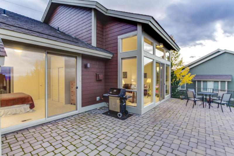 Mountain view condo with a balcony, golf on-site & shared pools and hot tubs! - Image 1 - Redmond - rentals