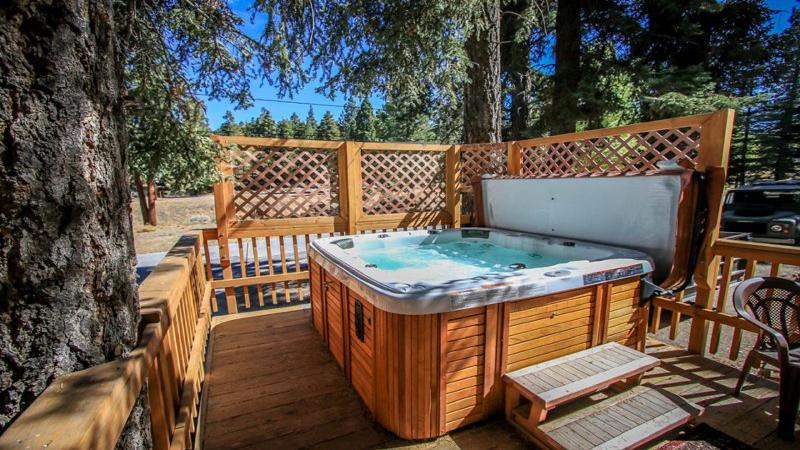 Sparkling Jacuzzi for a relaxing time after a long day on the slopes - Moonridge Cabin near Bear Mtn! Jacuzzi/WiFi/ Cable - Big Bear Lake - rentals