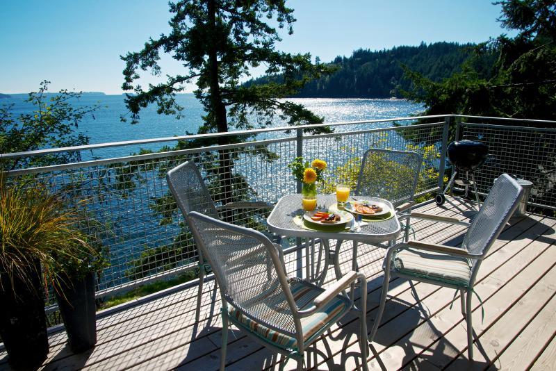 NEW waterfront decks with expansive views and sunshine - Beach~Waterfront ~NEW seaside decks~Kitchen~Sunny - Bowen Island - rentals