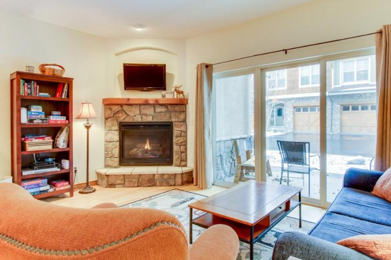 Walk to dining, bowling, & free ski shuttle from cozy condo. - Image 1 - Winter Park - rentals