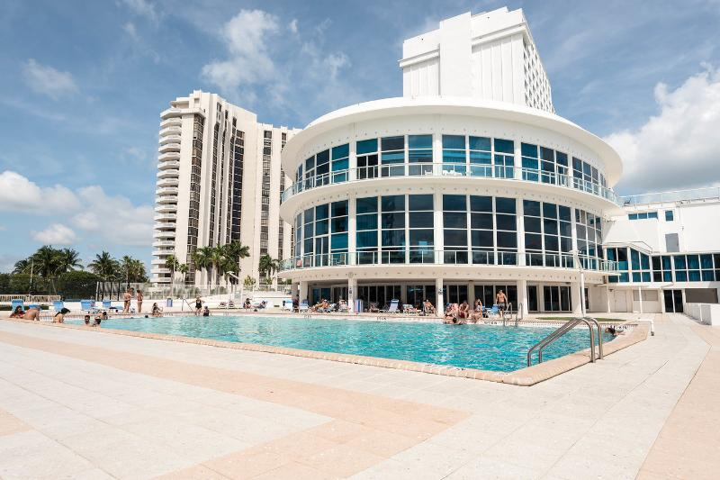 The Pool - MIAMI BEACH OCEAN FRONT APARTMENT WITH A BALCONY - Miami Beach - rentals