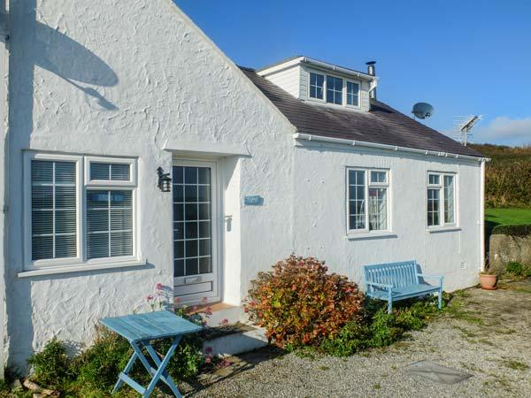 Y LLEIAF, coastal cottage, woodburner, WiFi, beach 2 mins walk, Trearddur Bay, Ref 930644 - Image 1 - Trearddur Bay - rentals