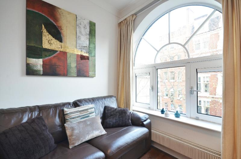 Spacious Leicester Square Apartment, 3 bed - Image 1 - London - rentals