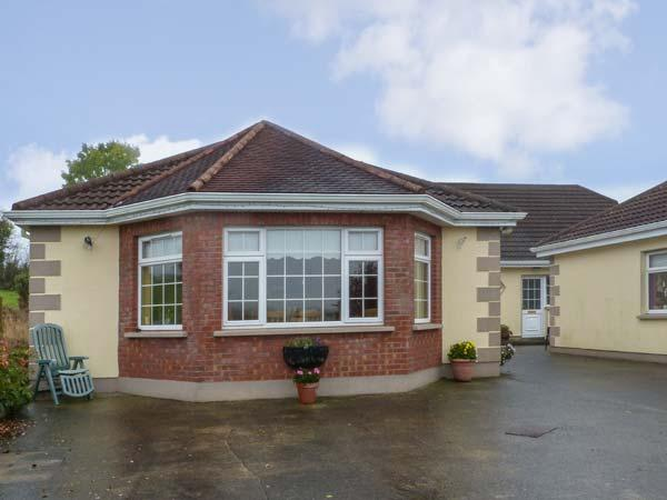 ROSE COTTAGE, open plan, shared patio and garden, pet-friendly, WiFi, off road parking, Ballinamuck Ref 917758 - Image 1 - Drumlish - rentals