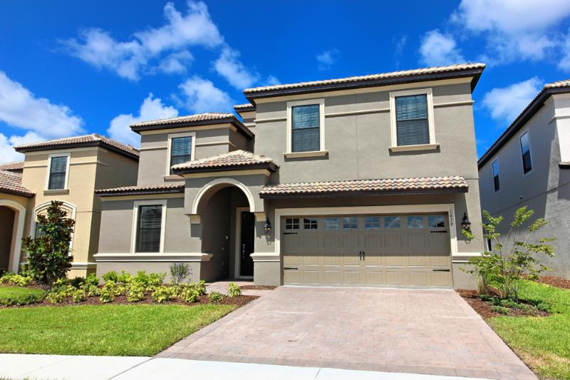 Double wide driveway and parking on the street. - Luxury 8 Bed Villa Champions Gate 15min to  Disney - Davenport - rentals