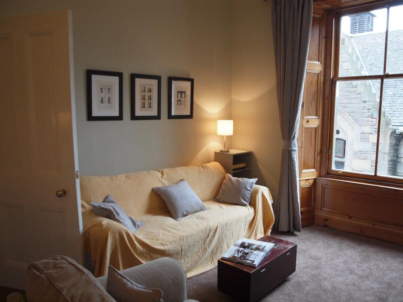 Living room (with double sofa bed) - Jeffrey St (Flat 1): Royal Mile, City Centre - Edinburgh - rentals