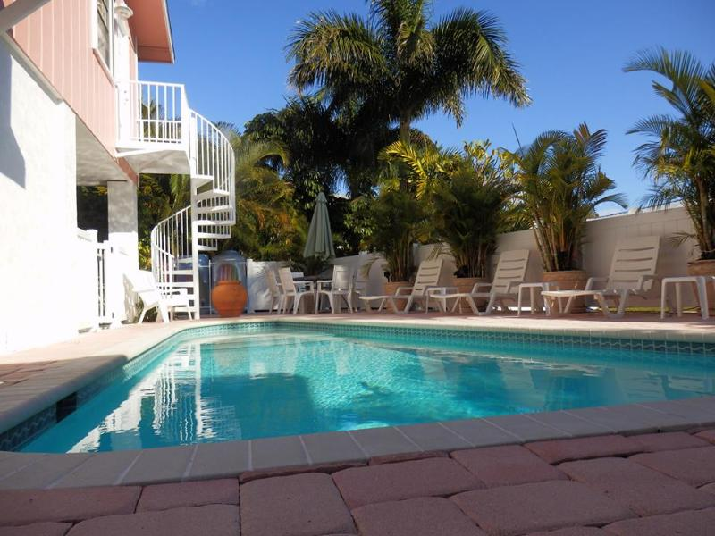 Private heated pool. Single family residence. Pool and property is not shared. - Ocean View 3 bedroom, pool, North Shore Drive - Anna Maria - rentals