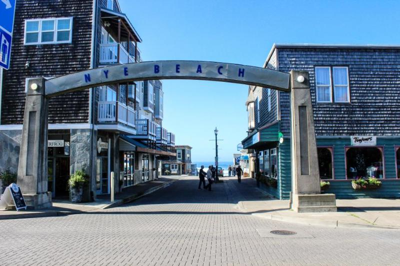 Light & bright condo next to Nye Beach dining, shopping, beach access, fun! - Image 1 - Newport - rentals