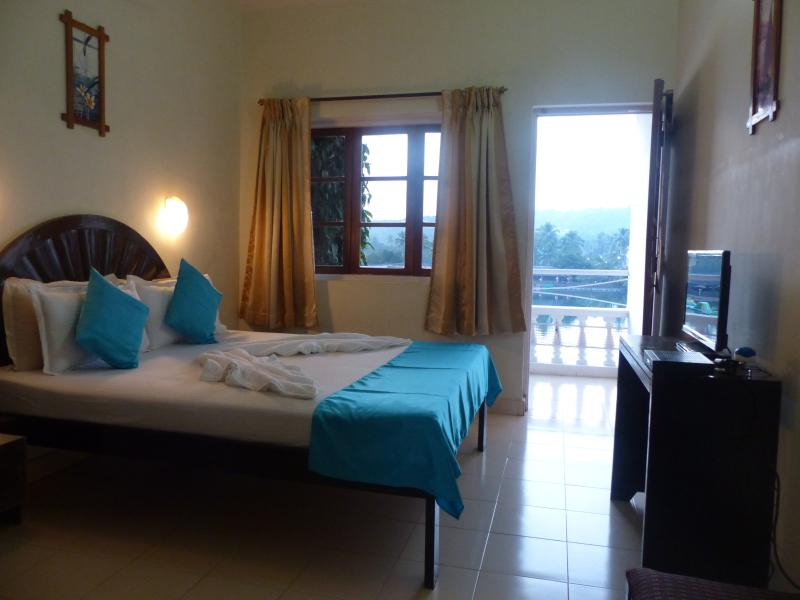 AC  bedroom with a view, comfortable for two - Fun Holidays Goa-Lake-View Resort Apartment, Near Mackie's Night Market, Arpora - Arpora - rentals