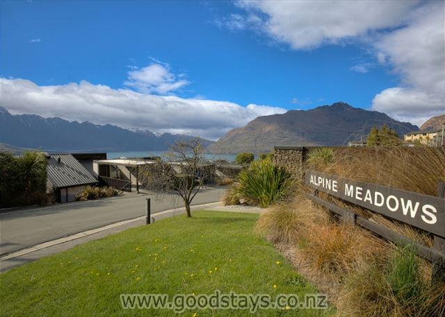 Well-located vacation apartment ideal for a small family or couples! - Image 1 - Queenstown - rentals