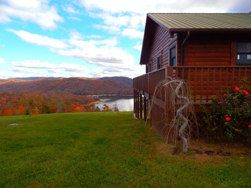 Lakeview Lodge Side Yard in the Fall - Lakeview Lodge is a roomy and comfortable lakeview cabin rental with covered boat slip, hot tub, Wi-Fi and Game Tables. - New Tazewell - rentals