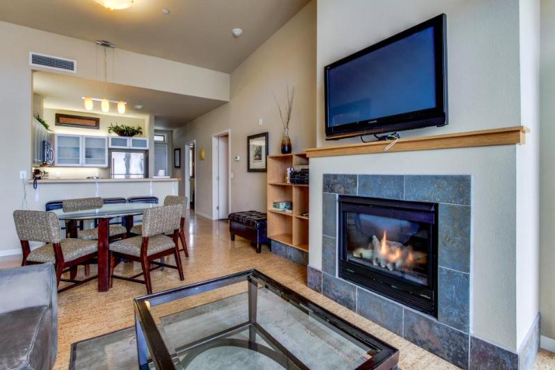 Condo with views near Lakeshore Park - shared pool & hot tub - Image 1 - Chelan - rentals