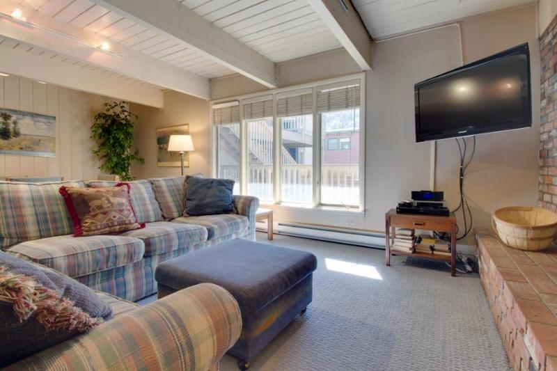 Walk to slopes from this comfy family-friendly condo w/shared hot tub! - Image 1 - Aspen - rentals