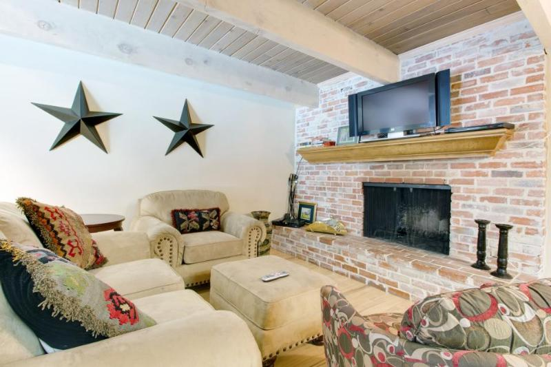 Walk to chairlift from Western-style condo w/shared hot tub! - Image 1 - Aspen - rentals