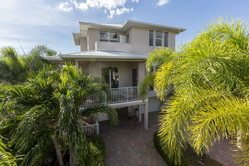 1/28: Lush palm trees and Florida fol-edge surround Island Pearl - Upscale, Brand New Island Retreat surrounded by lush tropical gardens with Private Heated Pool - Code: Island Pearl - Fort Myers Beach - rentals