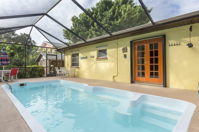 Isle del Sol pricate pool with screened in lanai - Isle del Sol is a Spacious and Private Pool home just a short walk to the Pier and Beach. - Code: Isle del Sol - Fort Myers Beach - rentals