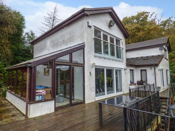 BELMONT LAKESIDE, villa with lake views, beach, gardens, WiFi, Rudyard Ref 929511 - Image 1 - Rushton Spencer - rentals