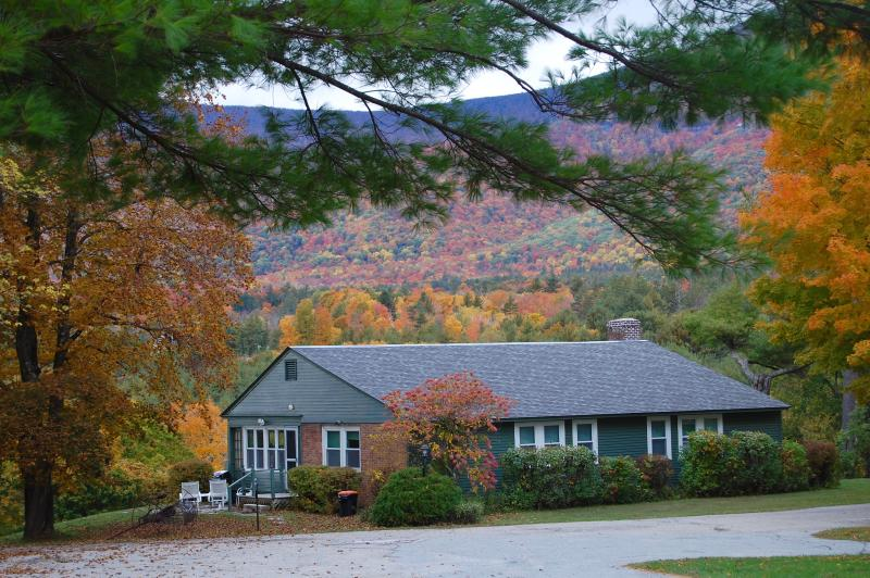 Fall at the Innkeepers cottage, surrounded by breathtaking views and colors - SEASONAL SUMMER RENTAL: HEART OF MANCHESTER: sleep 6, pool, tennis, views, charm - Manchester - rentals