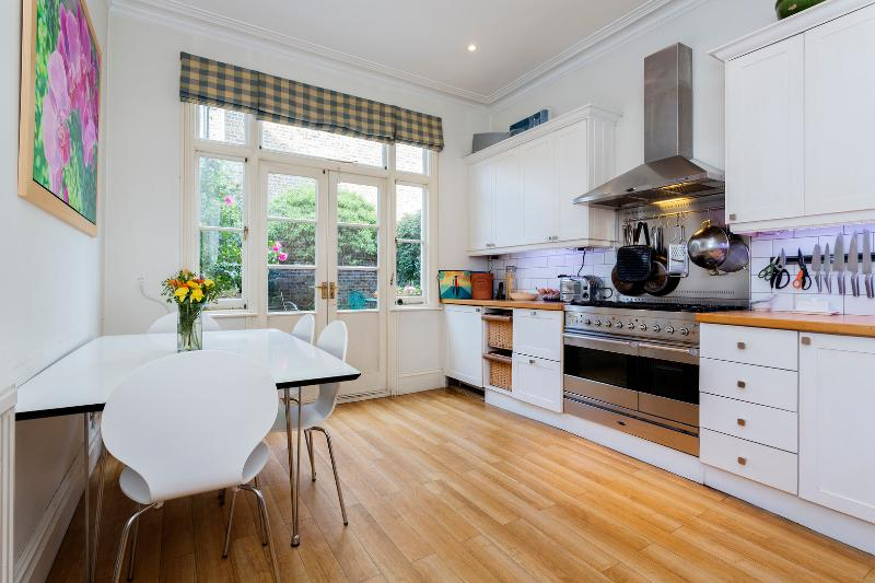 3 bed house on Stapleton Road, Wandsworth - Image 1 - London - rentals