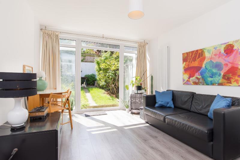 2 bed house on Bartholomew Close, Wandsworth - Image 1 - London - rentals