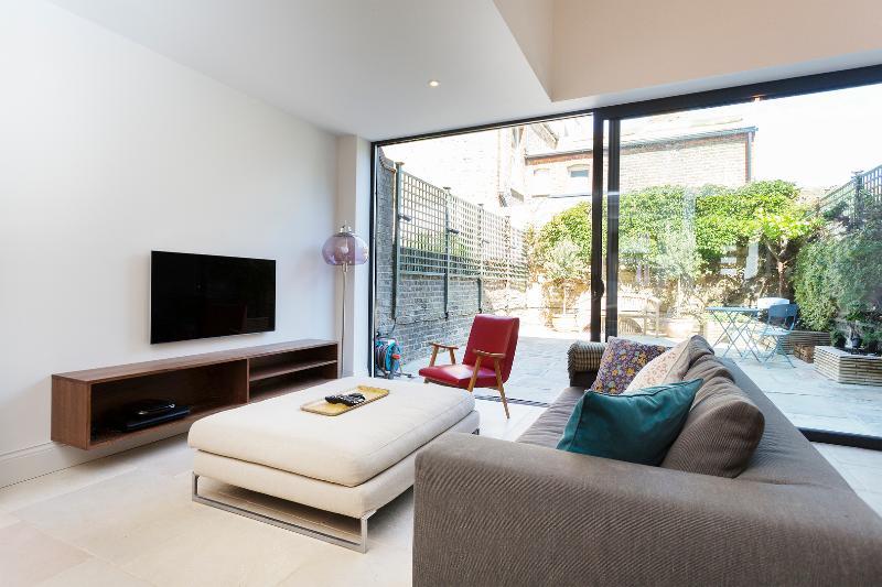 Beautiful 4 bed 4 bath house, Kersley Street, Battersea - Image 1 - London - rentals