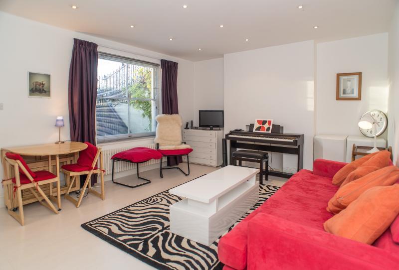 Colorful 1 Bedroom London Vacation Rental at Mornington Crescent - Image 1 - London - rentals