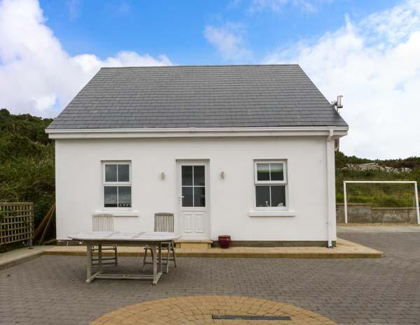 FOUR SEASONS, lovely apartment, woodburner, lawned garden, pet-friendly, WiFi, Killybegs, Ref 928164 - Image 1 - Killybegs - rentals