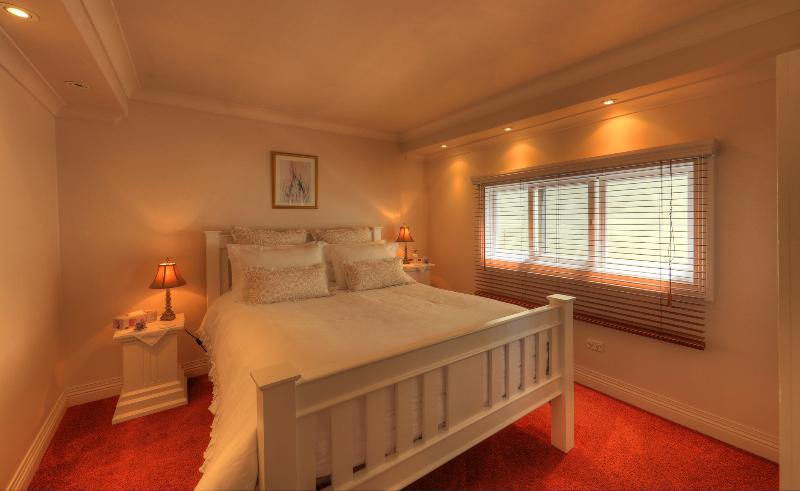 Pillow top queen size bed made up with fine quality linen. - Ellie's Spa Cottage right in the heart of Stanley. - Stanley - rentals