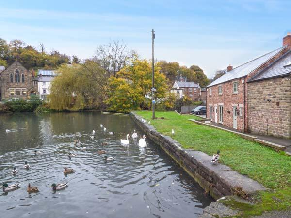 SMITHY COTTAGE ON THE MILL POND, character cottage, en-suite, WiFi, close to amenities, in Cromford, Ref 930701 - Image 1 - Cromford - rentals