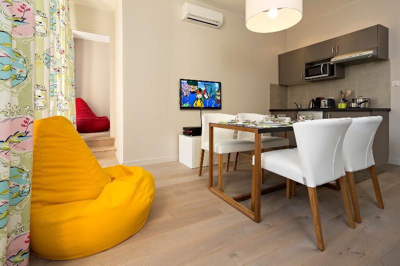 Séjour/salle à manger avec WiFi et cuisine équipée Living/dinning with TV/WiFi and equipped kitchen - Nice Carré d'Or - 2 room apartment - All inclusive - Nice - rentals