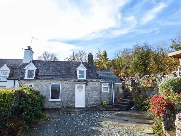 BRON HEULOG COTTAGE, superb views, separate sun room, open fire, in Llangoed Ref 925468 - Image 1 - Llangoed - rentals