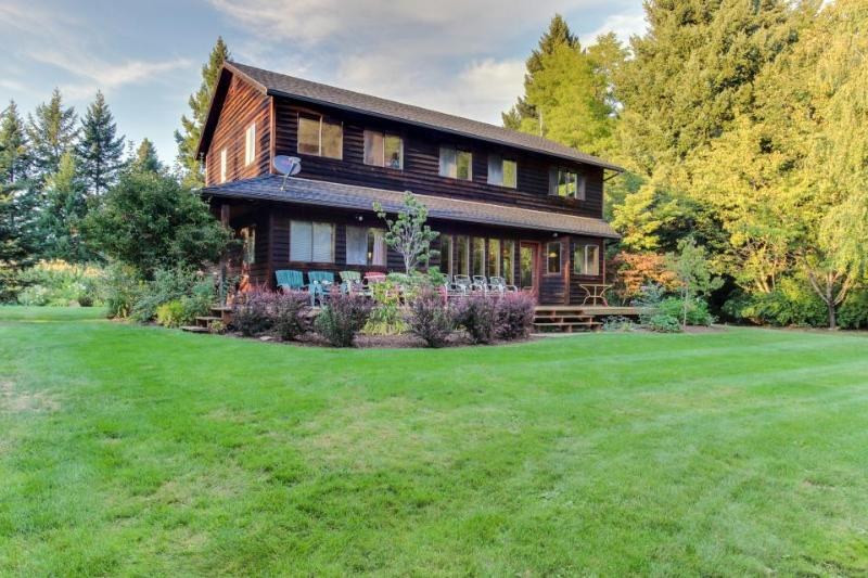 Dog-friendly, large deck, private hot tub, & creek access! - Image 1 - Hood River - rentals