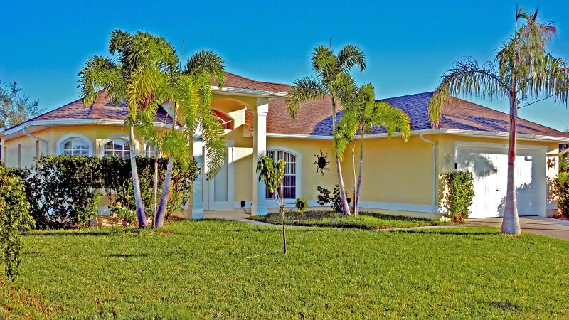 Villa Sunvill on a Gulf access canal wit Boat dock - Image 1 - Cape Coral - rentals