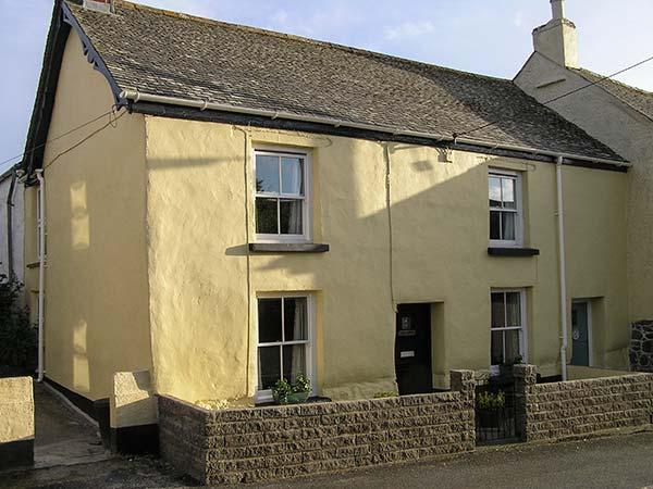 COBB COTTAGE, pet-friendly traditional cottage, village setting, patio, WiFi, St Keverne, Helston Ref 929441 - Image 1 - Helston - rentals