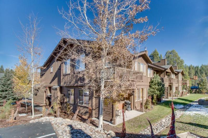 A shared hot tub, pool, fitness center & sauna, close to ski slopes! - Image 1 - Truckee - rentals