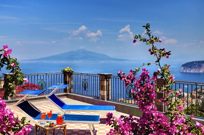 Villa Priora has enviable panoramic views of Naples Bay, Mount Vesuvius and the Sorrento Coast. - Priora,Villa 150 mt.sq. with terraces and garden - Sorrento - rentals