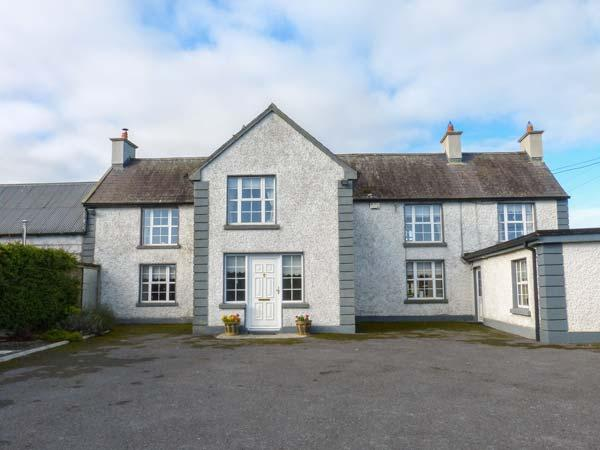 BODAL FARMHOUSE, 300-year-old farmhouse, en-suite, AGA, open fire, parking, garden, Gowran, Ref 929108 - Image 1 - Gowran - rentals
