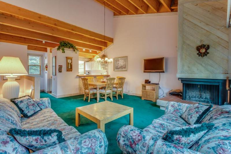 Dog-friendly condo with a free ski shuttle & a shared hot tub and pool! - Image 1 - Truckee - rentals