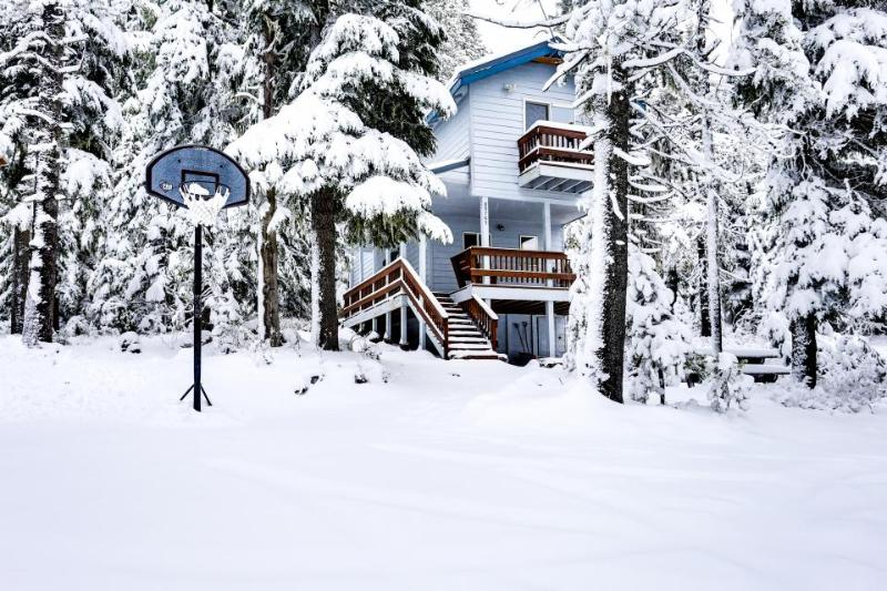 Cozy, two-level chalet near hiking, lakes, and ski resorts! - Image 1 - Government Camp - rentals