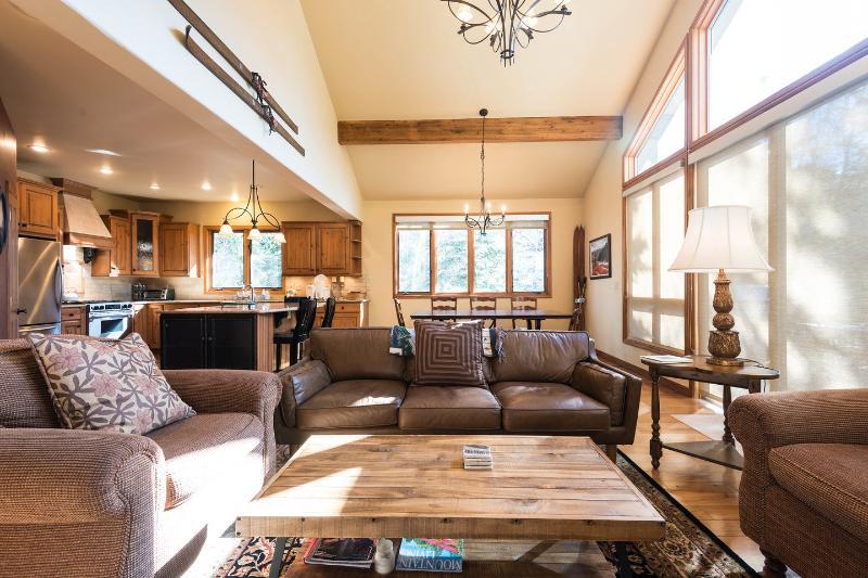 Living Room - Powder Landings- Sleeps 13+, 5 min walk to gondola - Steamboat Springs - rentals