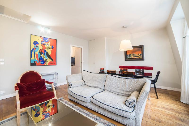 Living Room - Excellent 3 Bedroom Apartment in Michodiere in Paris - Paris - rentals