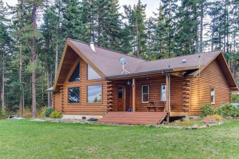 Valley views from this dog-friendly log cabin on a Christmas tree farm! - Image 1 - Parkdale - rentals