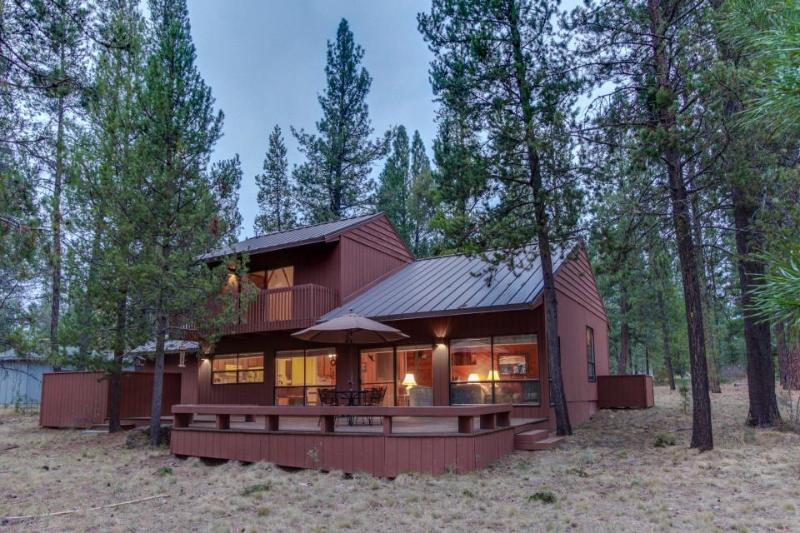 Comfy cabin w/ private hot tub plus SHARC access - dogs ok! - Image 1 - Sunriver - rentals