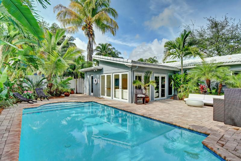 Beautiful, Tropical private backyard with private pool! - Stunning Modern Tropical Pool Home in Heart of FLL - Fort Lauderdale - rentals